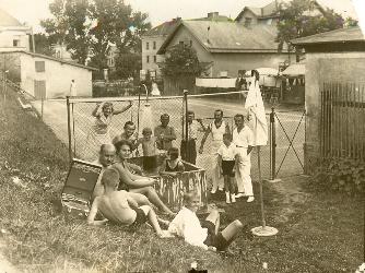 Primář Dr. Trnka při tenise u rodinné vily