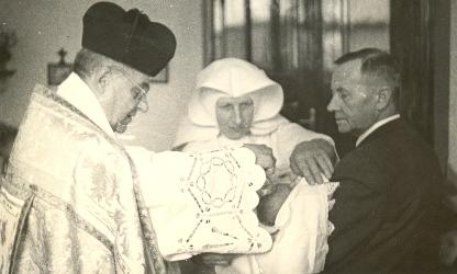 Primář Dr. Trnka s vnukem Pavlem při křtinách v nemocniční kapli v roce 1956
