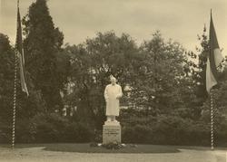 Socha prim. Zahradnického v parku nemocnice, dílo Julia Pelikána, odhalená v květnu 1939