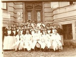 Personál nemocnice před hlavní budovou, kolem r. 1913. Prim. Zahradnický v dolní řadě urpostřed, po jeho levé ruce Dr. Trnka