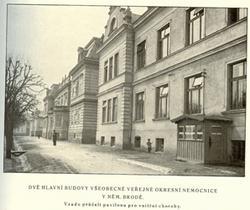 dvì hlavni budovy Všeobecné veøejné okresní nemocnice v Nìmeckém Brodì